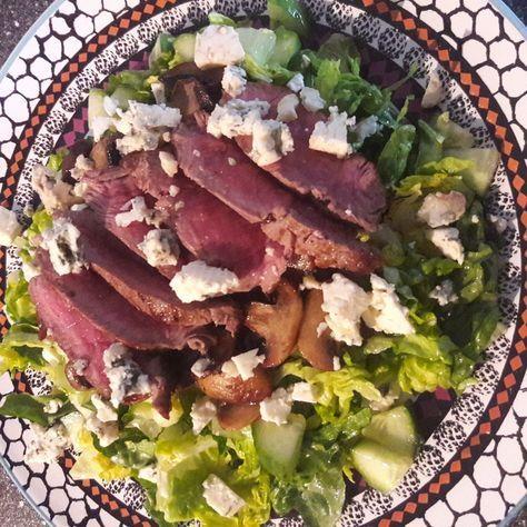 Hierop heb ik mij heel de dag verheugd😉 Biefstuk met champignons en een salade van baby romaine sla, komkommer en blauwe kaas. Dressing van olijfolie, appelazijn, honing en peper. Genieten!😋