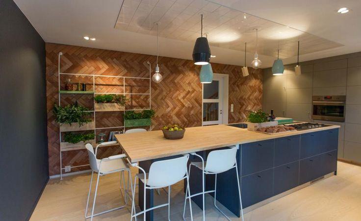 FIN ATMOSFÆRE: Belysning og spiseplass på enden av kjøkkenøyen.