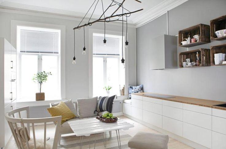 Kjøkkenet heter Amfi palett og er fra Sigdal. Kjøkkenbenken i bambus er både slitesterk og miljøvennlig. Møblene er fra Norrgavel. Lampen er laget av en grein, og spisebordet er en dør fra en låve i Telemark, med bein, såkalte hairpin, som er spesialbestilt fra en kunstner i USA.