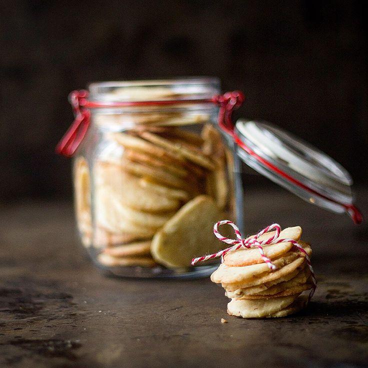 Julesmåkager: Aristokrater by FOODBLOGGING  #Aristokrater, #Dessert, #FoodDrink, #Hjemmebag, #Hurtige, #Jul, #Julebag, #Julehygge, #Julesmåkager, #Lækkert, #Mandler, #Nemme, #Småkager