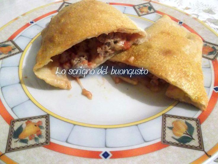 CALZONI CON SALSICCIA  CLICCA QUI PER LA RICETTA  http://loscrignodelbuongusto.altervista.org/calzoni-con-salsiccia-cotti-al-forno/