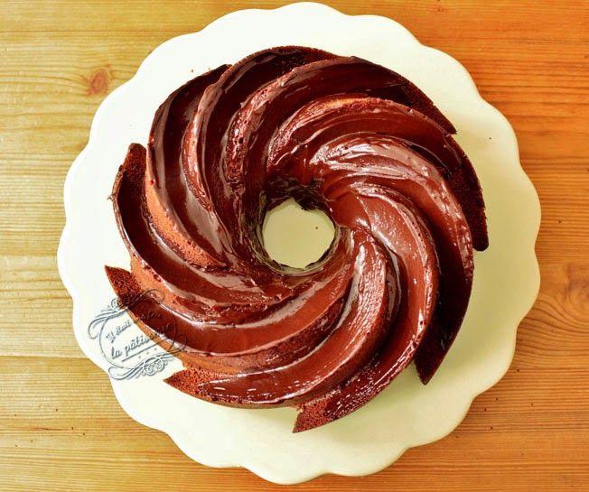 Recette de bundt cake au chocolat avec glaçage au chocolat noir et des pépites de chocolat au caramel. Un gâteau moelleux et gourmand à souhait !