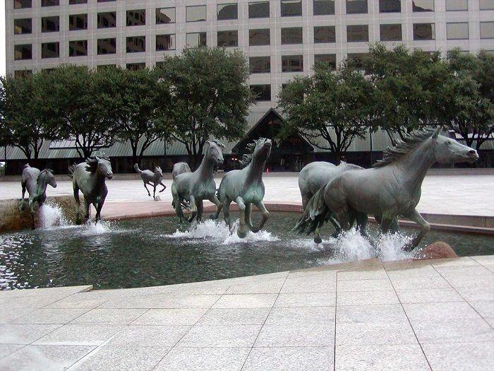 """Одна из самых больших скульптурных групп лошадей в мире.""""Мустанги"""", Роберт Глен, Техас."""