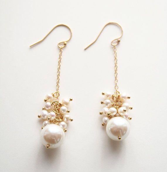 Orecchini di perle, gioielli da sposa, sposa, orecchini, orecchini perla, orecchini da sposa Super femminile orecchini di perle dacqua dolce e un singolo vintage giapponese perle di vetro. Indossare i vostri capelli, perché questi orecchini chiedono a brillare sotto i riflettori. Questi orecchini sarebbe perfetti per occasioni di festa o un matrimonio. + Perle di vetro vintage giapponese. Perle dacqua dolce. Catena doro di riempimento. Riempimento delloro Ear Wire. + Orecchini misurano…