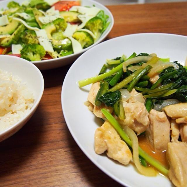鶏肉と小松菜を中華風に炒め、イタリアン風のサラダとあわせ和洋折衷…になりました - 9件のもぐもぐ - 鶏胸肉とニンニクの芽のスタミナ炒め、カプレーゼ風サラダ by andmi