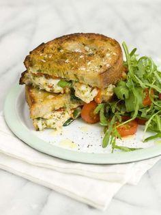 Dubbelstekt varm macka med italiensk krämig fyllning. En varm smörgås fylld med mozzarella och kyckling smakar bra en kall dag.