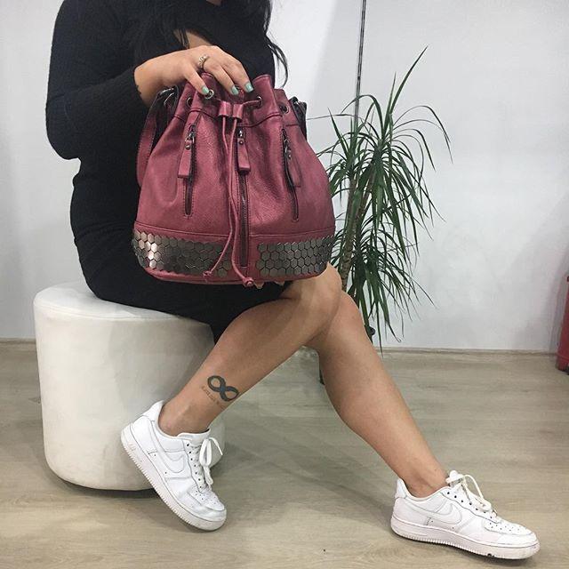Hem sırt hem kol çantası olarak kullanılabilen büzgü model çantamız 🎒👛👜 satış fiyatı 139.90 #elegançanta #bag #bayançanta #çanta #lookbook #outfit #alışveriş