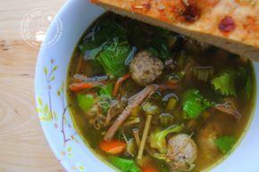 De lekkerste groentesoep maak je in de slowcooker. Doe alle ingrediënten in de slowcooker en na 6 uur heb je een heerlijke kruidige soep!