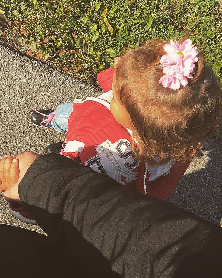 Mijn nichtje is bang om alleen naast een drukke weg te lopen dus help ik haar.