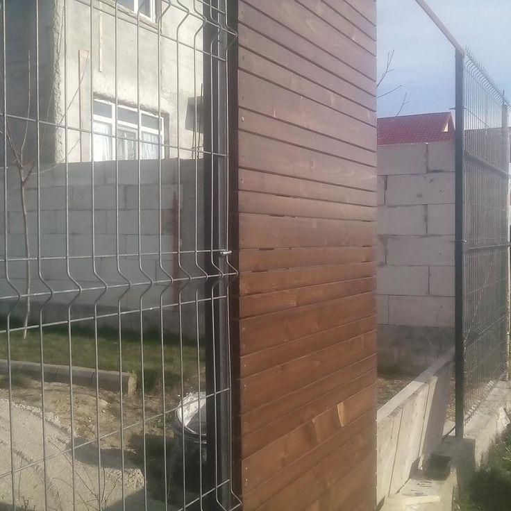 Poarta din fier placata cu lemn