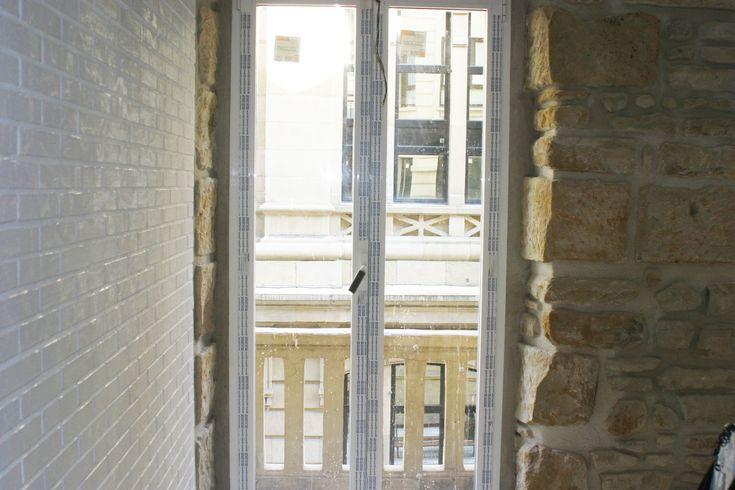 VIVIENDA TRIUNFO 4. Reforma de vivienda en Donostia-San Sebastian. Todavía en fase de obra. Se ha buscado un juego de materiales con la piedra de fachada y el ladrillo caravista, para generar dentro del mismo espacio, cocina, comedor y salón, diferentes ambientes.