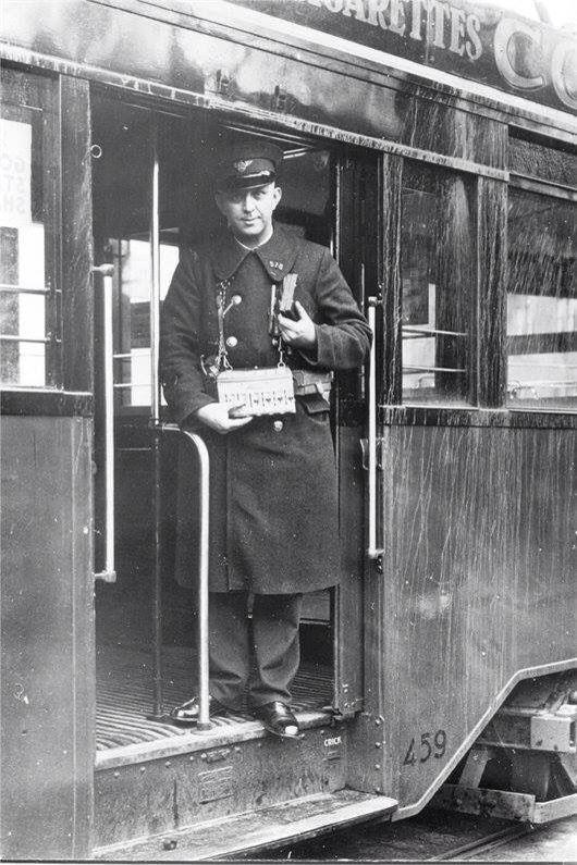Tramconducteur met zijn kaartjestautomaat.
