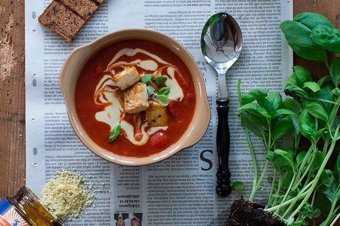 Varm tomatsoppa med citron-stekt tofu, vegansk aioli, stekt proteinbröd och en massa färsk basilika. Den här soppan är verkligen en vardagsräddare som uppskattas av hela familjen. Det bästa med soppa är att den blir snäppet godare dagen därpå, så när du lagar denna vinnaren kör på dubbel sats! Recept: Malin Persson @themalinpersson @kungmarkatta1983  #kungmarkatta1983 #kungmarkatta rostat rågbröd protein bröd krutonger fav