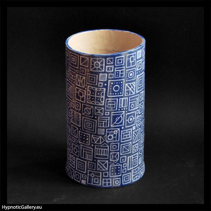 Blue ceramic vase with white pattern. Niebieski wazon z białym wzorem.
