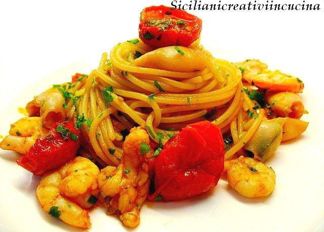 Spaghetti con ragù di gamberi, calamari e scampi | SICILIANI CREATIVI IN CUCINA | di Ada Parisi