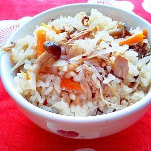 楽天が運営する楽天レシピ。ユーザーさんが投稿した「ツナ缶と塩昆布の旨味で~簡単炊き込みご飯♪」のレシピページです。材料入れたらスイッチポン~♪ツナと塩昆布の旨味で、簡単で美味しい炊き込みご飯♪沢山の方にご覧頂け嬉しく思います。コツ欄に追記がありますので、お願い致します。。炊き込みご飯。米,水,ツナ缶,塩こんぶ,しめじ(他のきのこでも),人参,ゴボウ,◆醤油,◆酒,◆みりん
