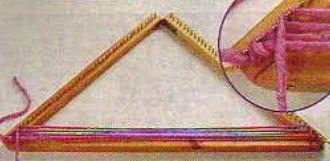 #7 Punto espiga en bastidor triangular 7 – Llevarla hacia el lado izquierdo y engancharla en el cuarto clavo, desde arriba hacia abajo, pasándola por encima de las demás.