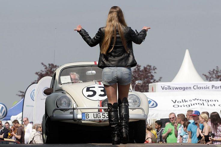"""O carocha é a prova viva de outra crise. Em 1971, a produção deste Volkswagen atingiu as 1,3 milhões de unidades, mas o """"beetle"""" não resistiu ao ano de 2003, altura em que a produção caiu para 30 mil viaturas, números que provocaram o encerramento dessa linha de montagem. Mais uma razão para em Hamburgo, na Alemanha, os fãs do """"carocha"""" preservarem e exibirem os seus carros. Nesta galeria de fotografias da Reuters não cabem os 3500 participantes. Mas cabe um sem número de excentricidades dos…"""