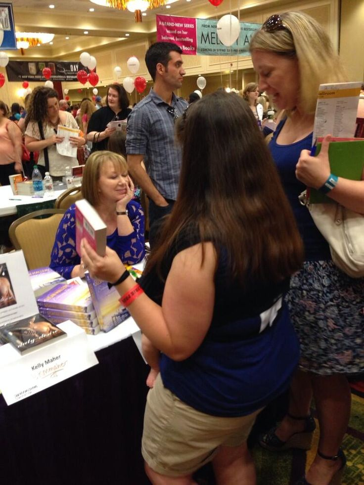 Fans lining up to get a #book signed by Susan Mallery. #RT14 pic.twitter.com/DMKgUCDUL3