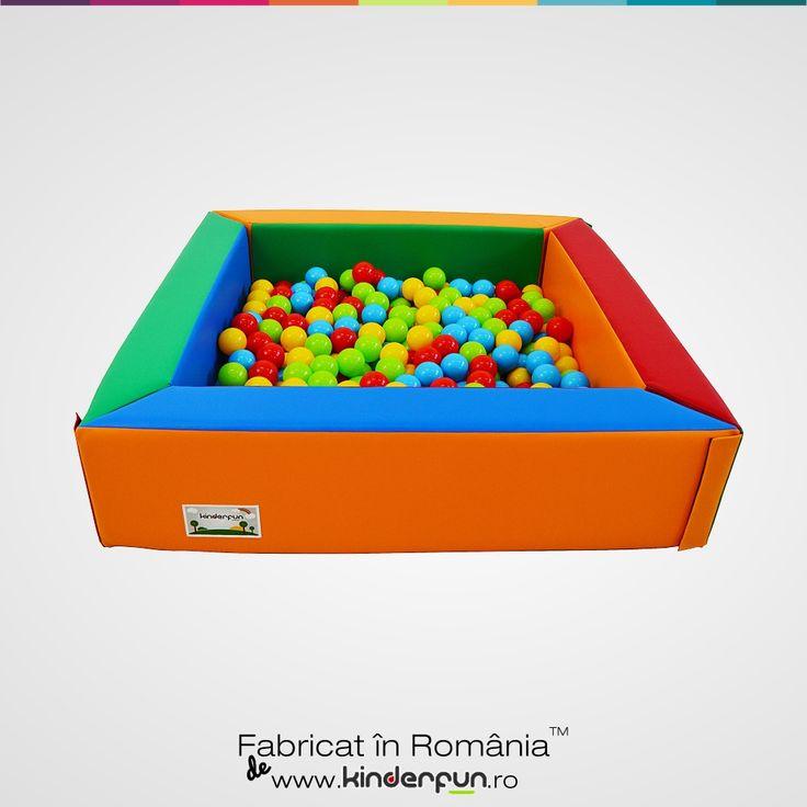 Material moale si rezistent, viu colorat. Piscina cu bile se mai poate folosi si ca tarc, spatiu de protejare a copiilor. Soft Play Ball Pool Kids Kinderfun™