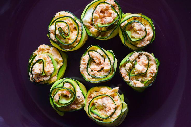 Das perfekte Low Carb Fingerfood für jede Party, als Sofa-Snack oder zum Mitnehmen. Feta, Zucchini & getrocknete Tomaten - eine gute Kombi.