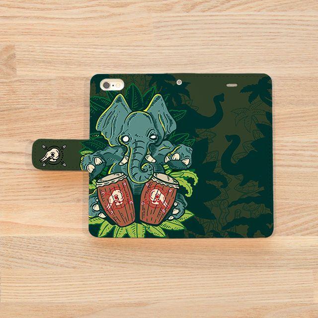 『Jungle Drums/César Zanardi(セサール・サナルディ)』(iPhoneケースOUTSIDE) CDジャケットデザインやキャラクター制作等、日本で様々なデザイン活動を展開中のアルゼンチン・ブエノスアイレス出身のイラストレーター/グラフィック・デザイナー『César Zanardi』(セサール・サナルディ)作品。 「このイラストでは、『音楽のマジックと神秘の世界』をテーマにしました。 奥深いジャングルの中から催眠的なリズムが響いてくる・・・ドラムの音が引き寄せる森の神霊、ゾウ達の知恵によってその秘密のまじないが生まれる!」とのこと。