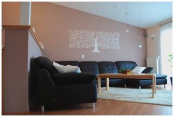 Wohnzimmer mit metter Wandfarbe und einem abstrakten Baum-Wandtattoo gestaltet durch den Malerbetrieb Jürgen König in Ingelheim am Rhein (55218)   Maler.org