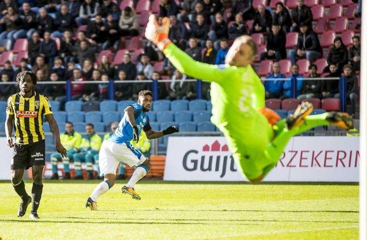 Jürgen Locadia passer Vitesse-doelman Remko Pasveer (1-3)