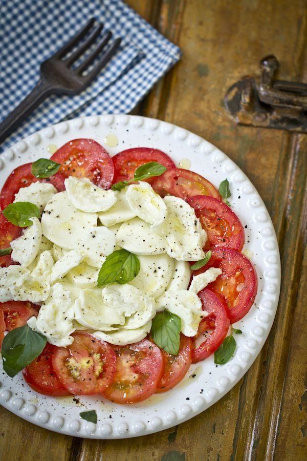 Salada Caprese no Especial Verão! Todo dia uma receita diferente aqui no Blog Senhora Mesa!  www.senhoramesa.com.br Siga nosso Instagram: @senhoramesa