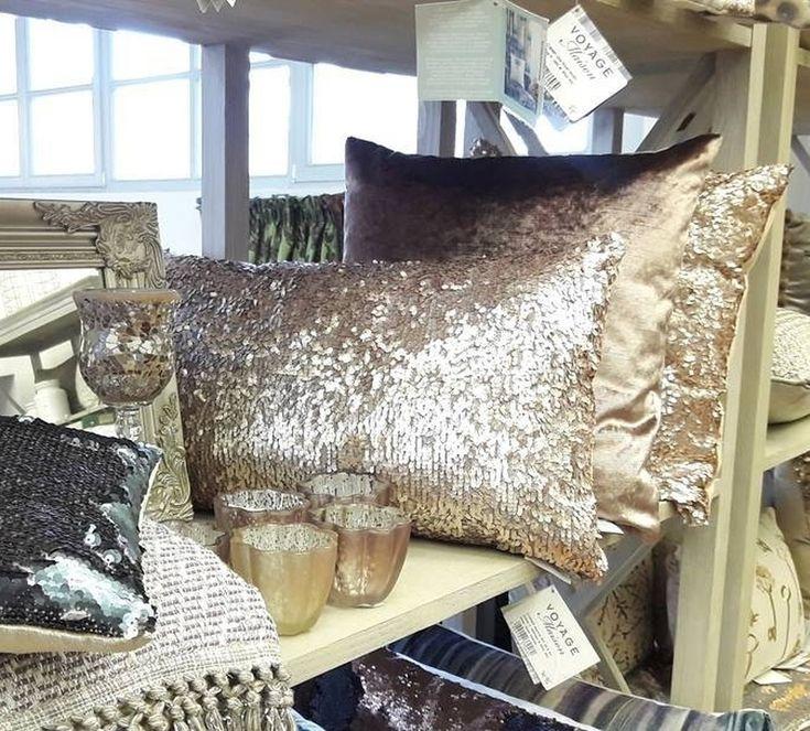 С подушками @voyage_deco вас ждет блестящее настроение не только в новогодние #праздники #Фото @barhat.citi #Galleria_Arben #подушки #fabric
