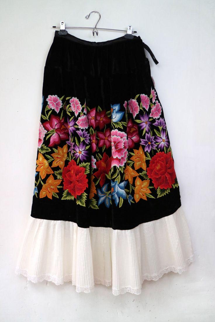 Un favorito personal de mi tienda Etsy https://www.etsy.com/mx/listing/476553881/falda-terciopelo-antigua-oaxaquena-f63