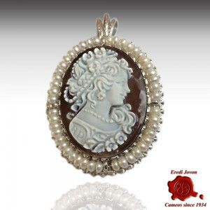 SARDONYX SILVER CAMEO WITH PEARL   18/20 mm cameo pendant for a necklace or brooch surrounded by real pearls.  Sardonica shell brown  Completely engraved by hand, artistic quality.      https://www.eredijovon.com/en/2639-cameo-with-pearl-sardonyx-silver.html        #italiancoraljewels #cammeiitaliani #cameos #cammei #handcarvedcameos #cammeifattiamano #handmadecameos #antiquecameos #vintagecameos #cameolocket #cameonecklace #cameoring #cameobrooch