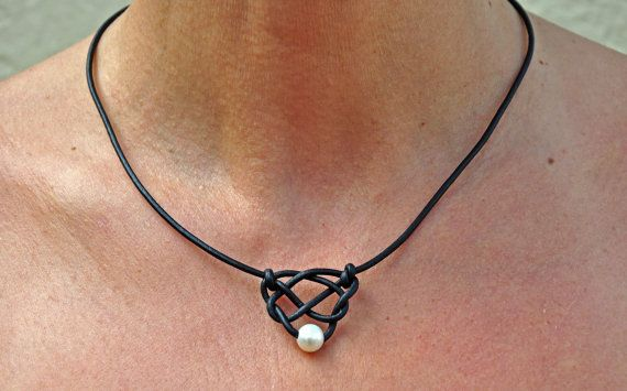 Dies ist eine süße, einfache und spektakuläre Note zu jeder Schmuck-Kleiderschrank. Diese Perlen und Leder Celtic Knot Herz setzt sich aus 2mm Leder und eine hohe Qualität 8,5 mm Süßwasser Perle in der Celtic Heart Knoten gewebt. Die Spange ist magnetisch, und es ist Silber von Blei & Nickel frei Metallen hergestellt. Diese Kette ist 18 Zoll. Wenn Sie wünschen, eine andere Länge bitte bei Bestellung angeben. Auch wenn Sie die Halskette wünschen zu Metall kostenlose kontaktieren Sie mich…