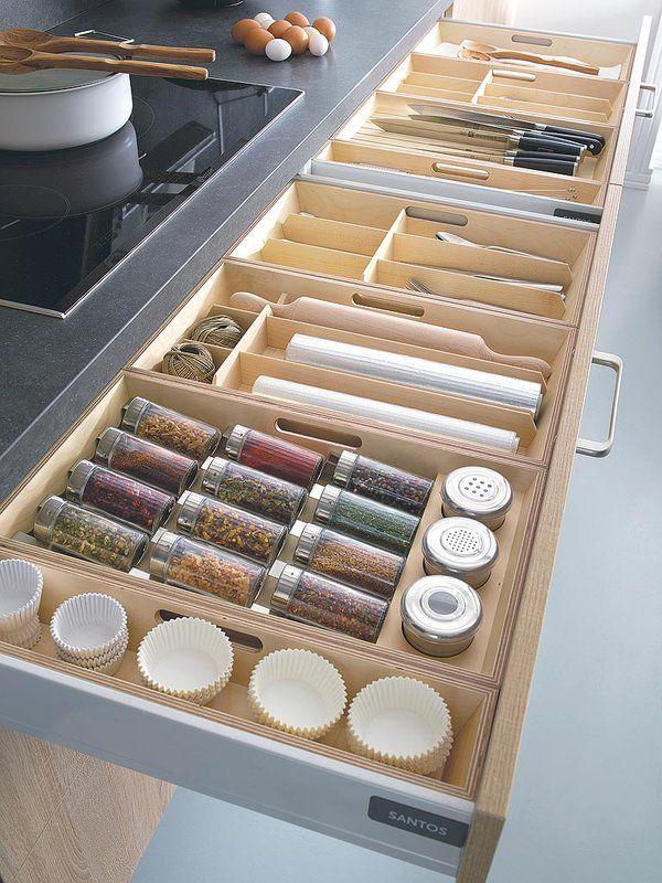 Una cocina con distribución lineal y acabado natural
