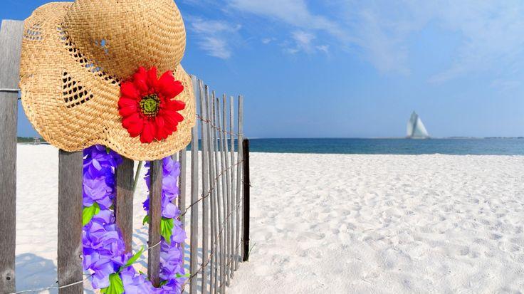 Скачать обои шляпа, цветы, пейзаж, пляж, песок, небо, летом, природы, облака, раздел природа в разрешении 1366x768