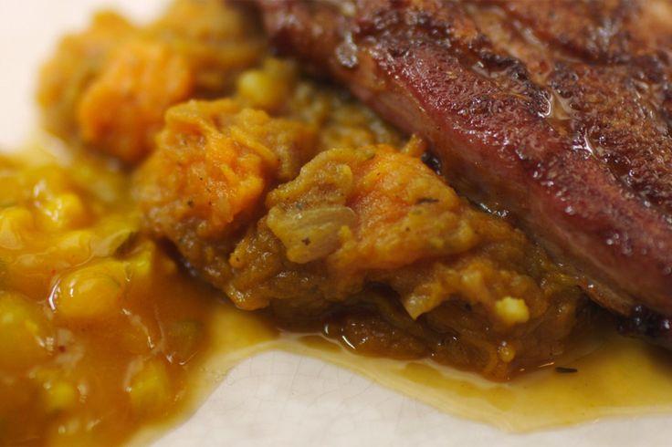 Jeroens grootvader at graag spek. Vooral het buikspek is lekker omdat het de ideale combinatie is van vet en vlees. Het vet geeft smaak en malsheid aan het vlees waardoor het smelt op je tong. Door het spek te lakken met honing, sojasaus en mosterd, krijgt het er extra diepte bij.Hij geeft er een eerder zoete stoemp van pompoen bij met als contrast een ferme lepel Belgische pickles. Een bord dagelijkse kost dat al je smaakpapillen aanspreekt.