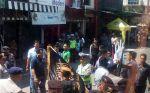 Polisi halau ratusan kendaraan beratribut aksi Rohingya di Klaten  KLATEN (Arrahmah.com)  Polisi menghalau ratusan pengendara yangakan mengikuti aksi bela Rohingya di Masjid An Nuur Magelang. Penyekatan dilakukan di depan Candi Prambanan perbatasan Klaten dengan Sleman Jumat (8/9/2017) pagi. Beberapa pengendara dengan atribut-atribut ormas tertentu diminta kembali ke daerah asalnya. Atribut seperti bendera juga diamankan oleh petugas kepolisian. Kegiatan tersebut dipimpin oleh Wakapolda Jawa…
