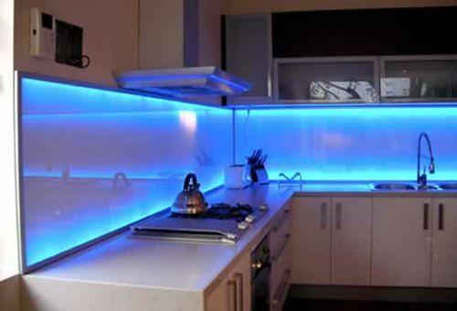 leuchten blau idee küchenspiegel glas design küche