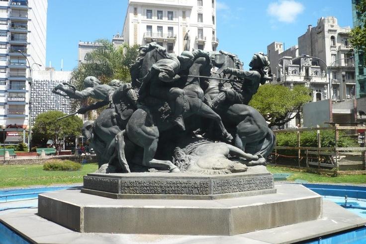 Plaza Fabini en el Centro desde donde se ve Av. del Libertador y el Palacio Legislativo - Montevideo, Uruguay