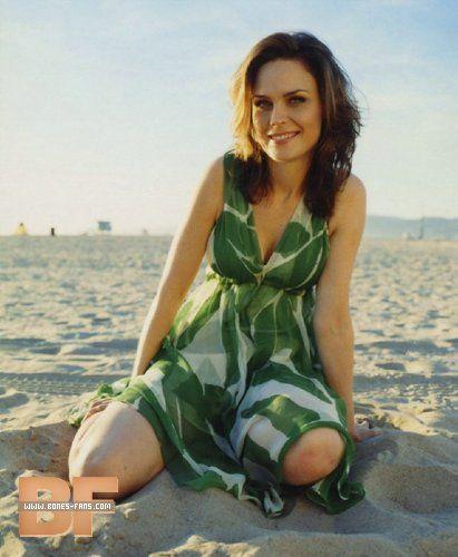 Emily Deschanel | Emily deschanel, Bikini photos, Zooey dechanel