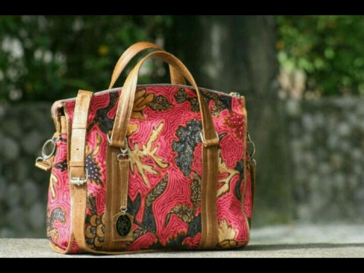 Seroja bag, made in Kunthi, Indonesia. It made from full handwritting Batik.