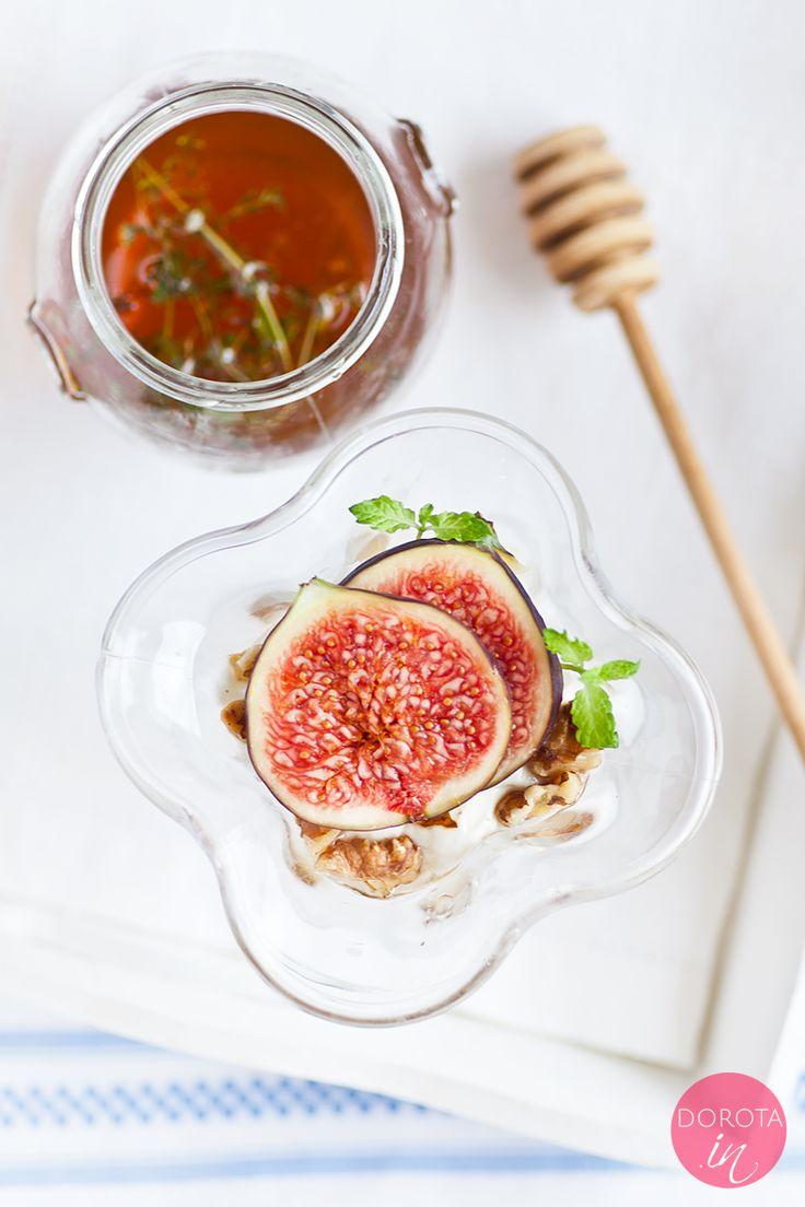 Jogurt grecki z miodem i orzechami oraz figą czyli przepis na grecki deser, który proponuję też jako pyszne, pożywne, zdrowe i pełne energii śniadanie.  http://DOROTA.iN/jogurt-grecki-z-miodem-i-orzechami/   #przepis #food #kuchnia #deser #jogurt