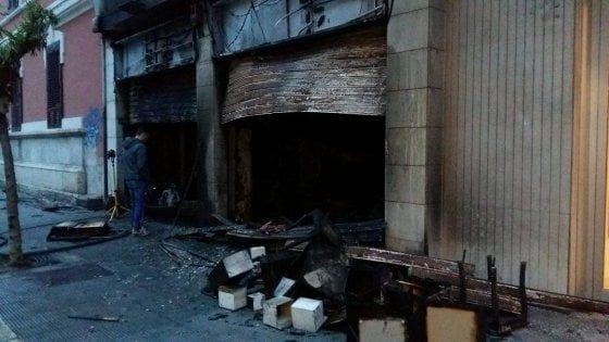 Lavoro Bari  Le fiamme sarebbero partite intorno alle tre di notte e hanno mandato in fumo l'ingresso del negozio del quartiere Madonnella salvo il deposito che conteneva...  #LavoroBari #offertelavoro #bari #Puglia Bari in fiamme un negozio di articoli per la casa: il rogo ha distrutto scaffali e vetrine