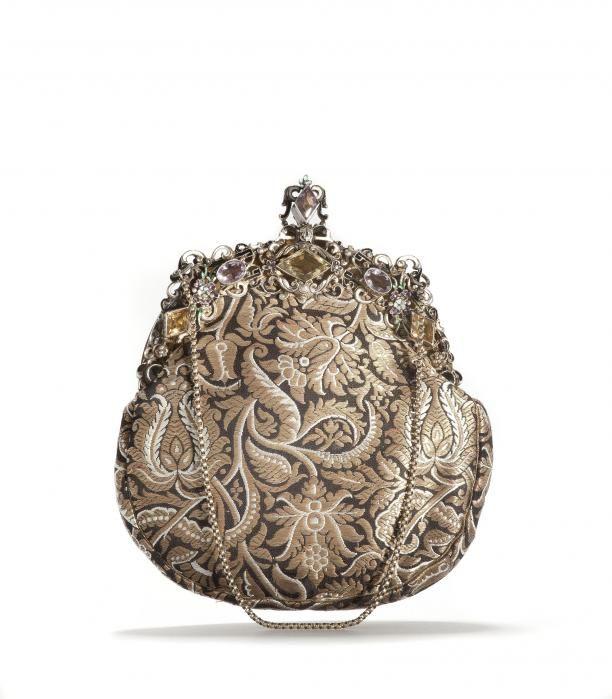 Avondtas, zijde brokaat met gouddraad met edelstenen, Oostenrijk.Collectie Tassenmuseum Hendrikje.