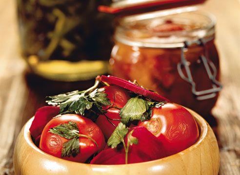 Самые интересные и оригинальные рецепты из томатов: маринованные с свеклой, фаршированные, вяленые и в желе. Удивите своих гостей!