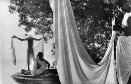 Inde, 1956. Après le bain dans le Gange, les hindous font sécher leur dhotis au soleil.