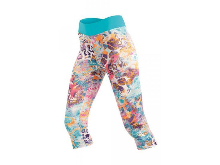 Výrazně barevné leginy na cvičení ve zkrácené capri délce pro vytváření pestrých sportovních outfitů.