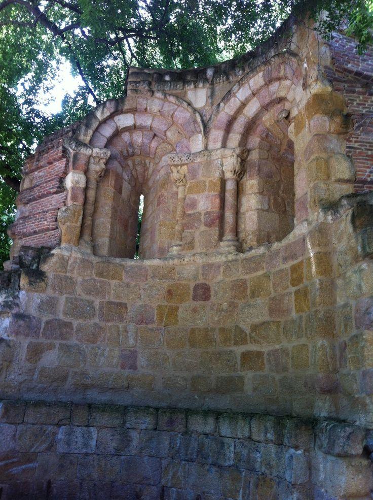 ¿Conoces los restos de una iglesia románica en el Parque del retiro de Madrid? #historia #turismo  http://www.rutasconhistoria.es/loc/ruinas-de-san-pelayo-o-de-san-isidoro