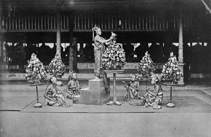 Serimpi dancers, Keraton Yogyakarta, 1884 (Tropenmuseum)