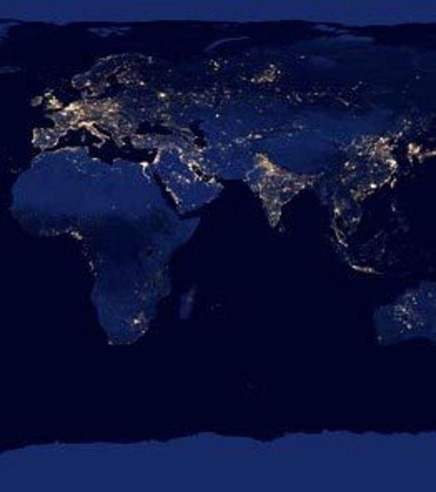 Photo : La Terre vue de nuit depuis l'espace : les continents européen, africain et asiatique éclairés par les lumières de la nuit